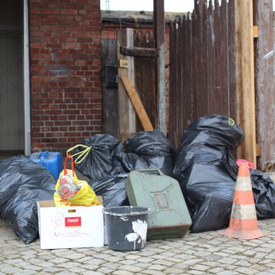 Müllaktion vorm Bahnhofsgebäude
